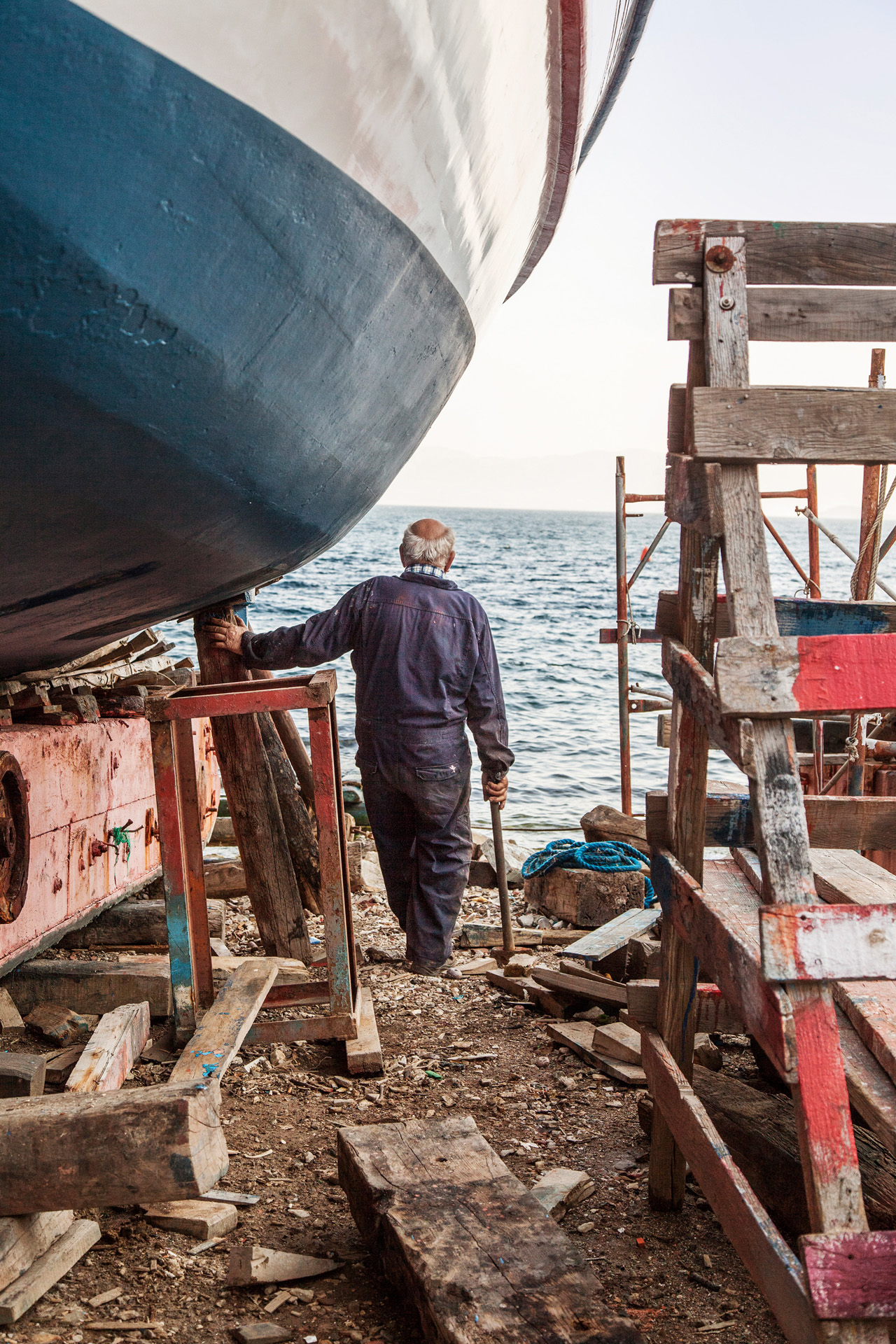 00 Trikeri_The-owner-of-the-boatyard-is-looking-to-the-horizon_after-some-hard-work-on-one-of-the-boats